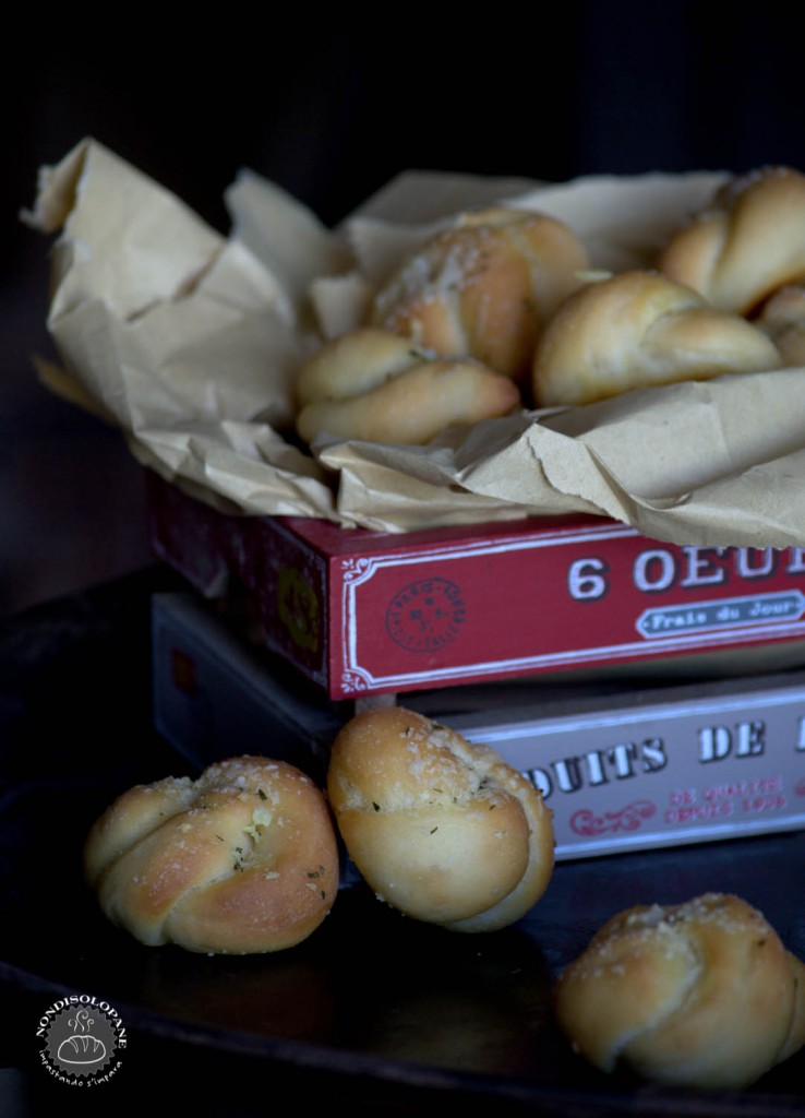 bread garlic knots-1