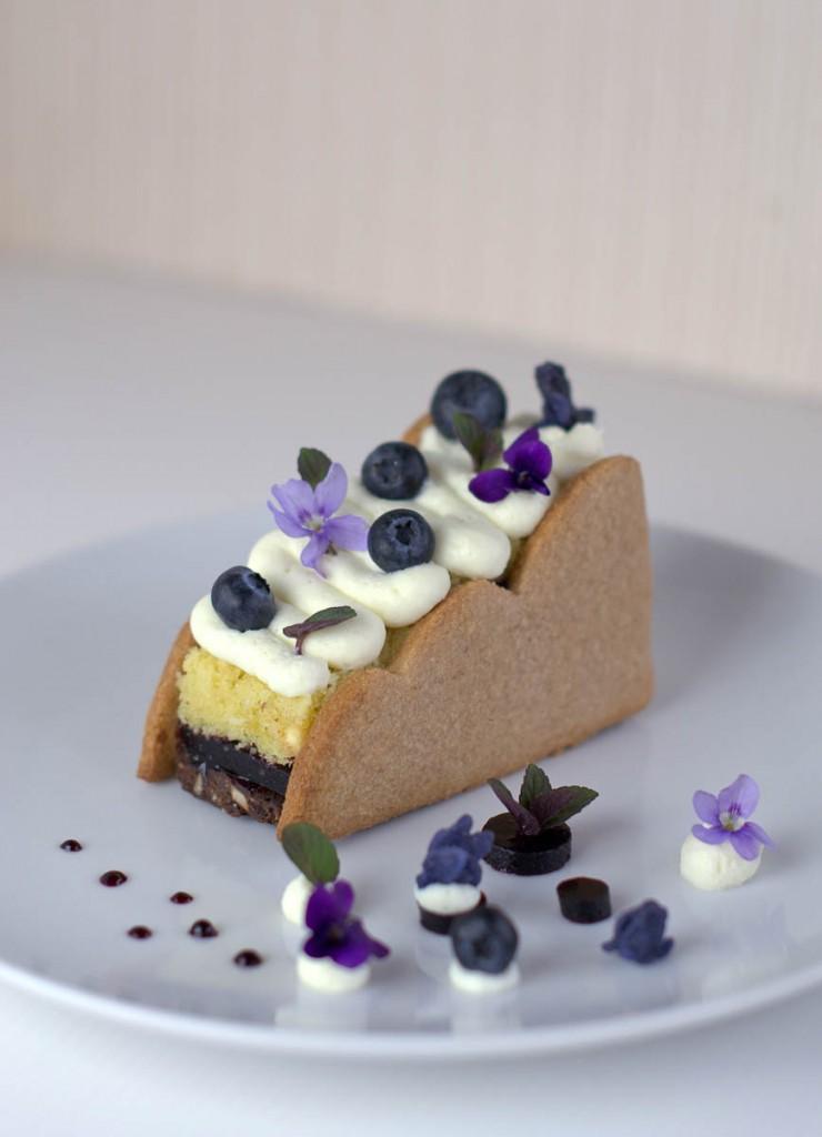 Profumo di sottobosco – Minicake al cioccolato e mirtilli con viole candite