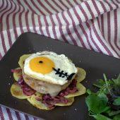 Nondisolopane - Burger di tonno con cipolle caramellate e uovo fritto